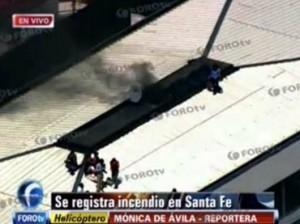 Imágenes de la televisión muestran a personas esperando ser rescatadas en la azotea del edificio.