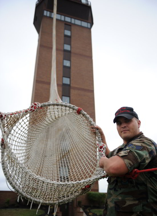 Ingenioso-y-extremo-aparato-para-evacuar-a-las-personas-en-caso-de-incendio-05